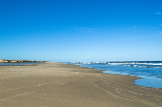 Praia deserta ao sul do brasil
