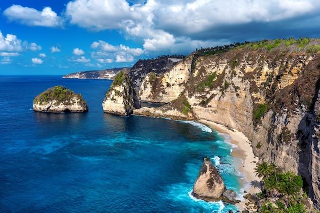 Praia diamond na ilha de nusa penida, bali, na indonésia