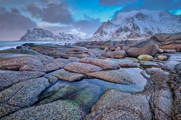 Praia do fiorde na noruega