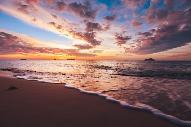 Praia do mar ao pôr do sol em koh chang, trad, tailândia