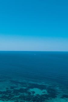 Praia do mar jônico, ilha de lefkada, grécia.
