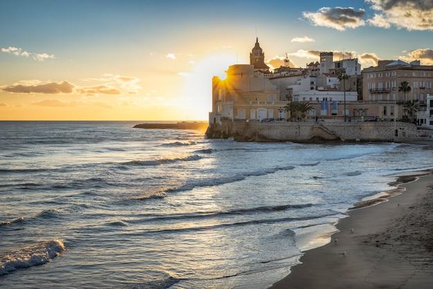 Praia do mediterrâneo ao pôr do sol