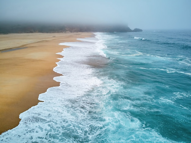 Praia do norte e oceano na nazaré portugal