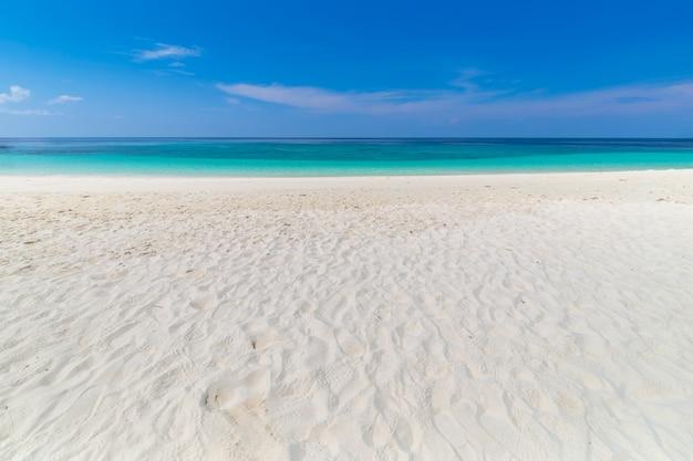 Praia do paraíso e o céu azul na ilha khai na província de satun, tailândia