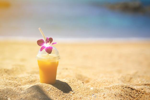 Praia do verão, fim acima da bebida na praia no sol do verão.