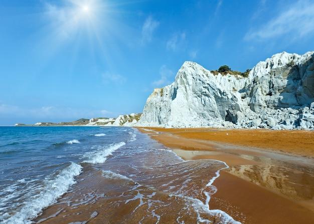 Praia do xi com areia laranja. sunshiny view grécia, kefalonia. mar jônico.