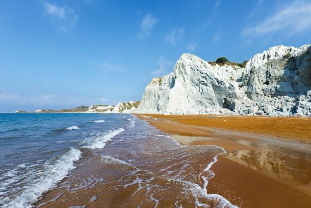 Praia do xi com areia laranja. vista de manhã na grécia, kefalonia. mar jônico.