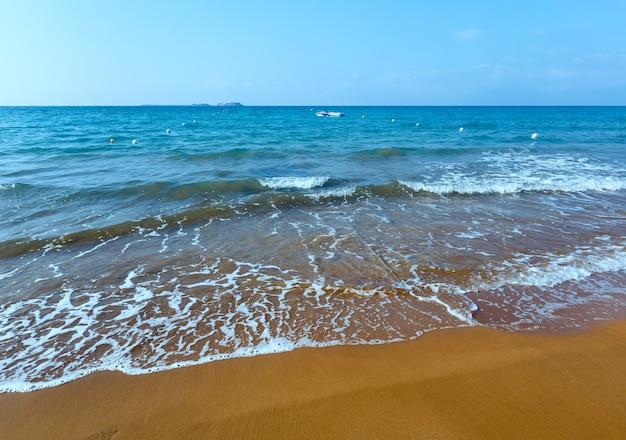 Praia do xi com areia vermelha. vista de manhã na grécia, kefalonia. mar jônico.