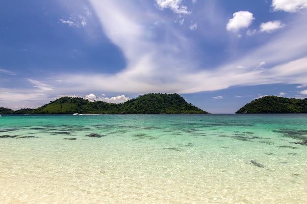 Praia e areia com oceano azul, céu lindo, koh lipe, tailândia