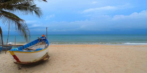 Praia e barco de pesca e copie o espaço