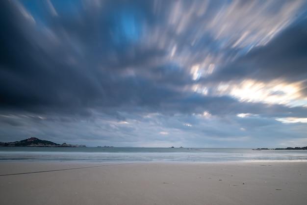 Praia e céu em fotografia de porta lenta