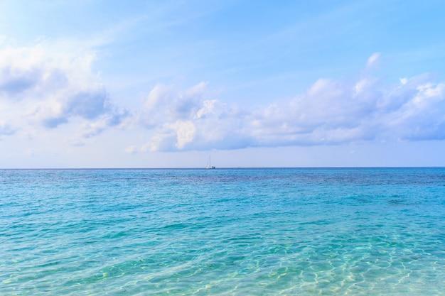 Praia e céu uma bela ilha tropical na tailândia