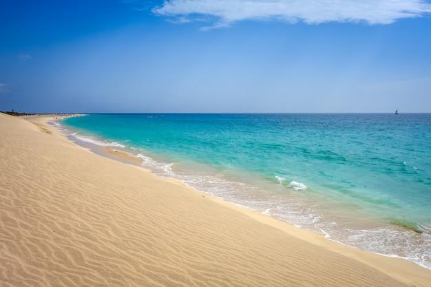 Praia e duna de ponta preta em santa maria, ilha do sal, cabo verde