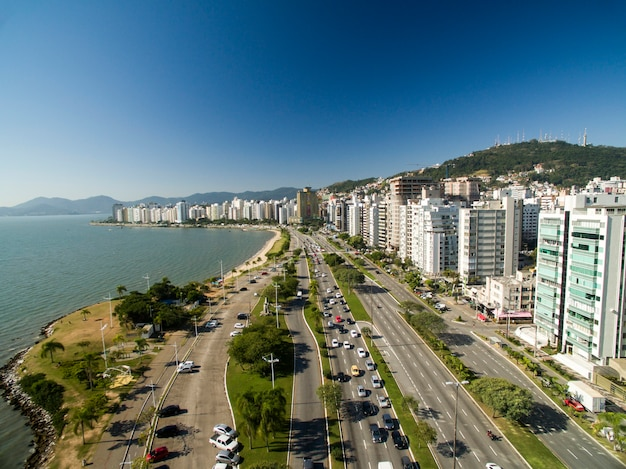 Praia e edifícios beira mar norte / florianópolis. santa catarina, brasil. julho de 2017