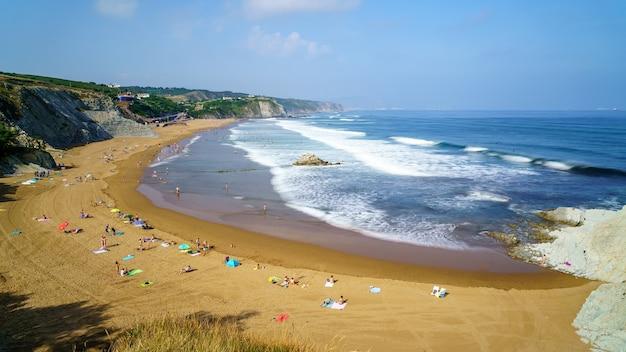 Praia e falésia do país basco de sopelana num dia de verão com longa exposição. espanha.