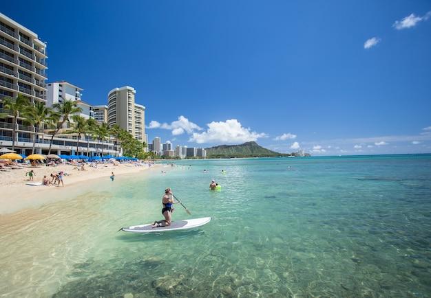Praia e hotéis de waikiki