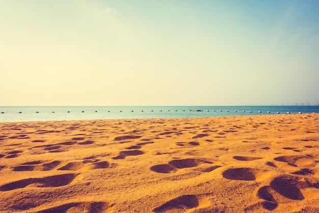 Praia e mar com espaço para texto