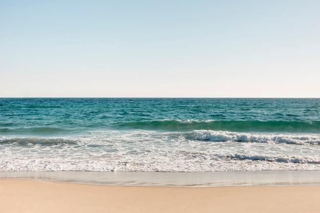 Praia e mar no verão