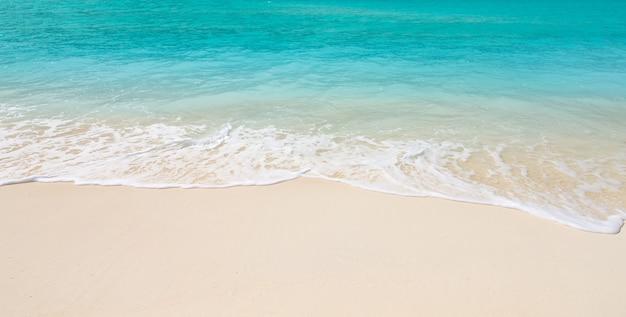 Praia e mar tropical. fundo da natureza Foto Premium