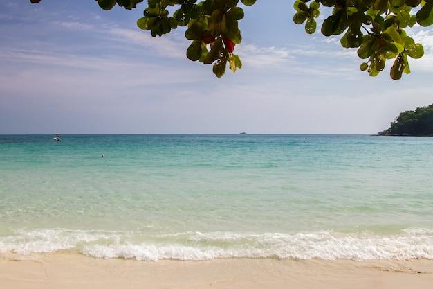 Praia e onda do oceano azul na areia fundo de verão