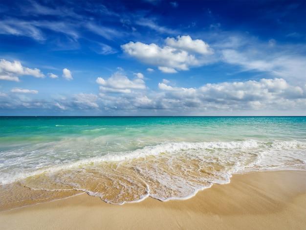 Praia e ondas do mar do caribe