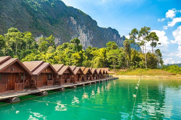 Praia em parque nacional khao sok