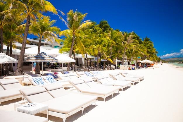 Praia ensolarada branca tropical no recurso exótico bonito
