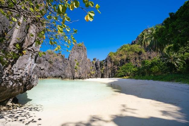 Praia escondida na luz da manhã em el nido, palawan, filipinas.