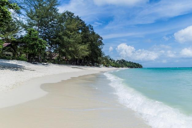 Praia exótica do deserto em ko phi phi. krabi, mar de andaman, tailândia