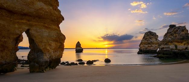 Praia famosa do camilo ao nascer do sol, algarve, portugal