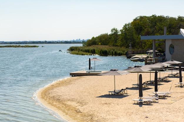Praia fluvial, instalações de recreação. descanso de verão