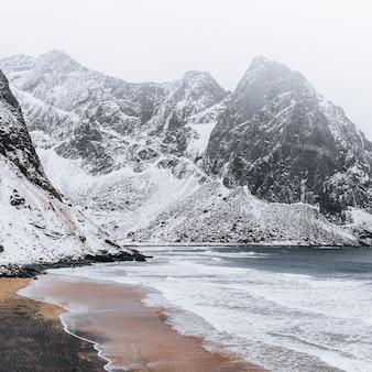 Praia kvalvika nas ilhas lofoten, noruega