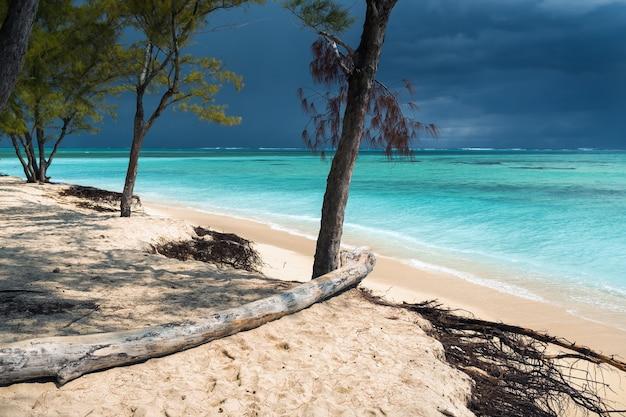 Praia le morne na ilha maurícia, no oceano índico, antes de uma tempestade.
