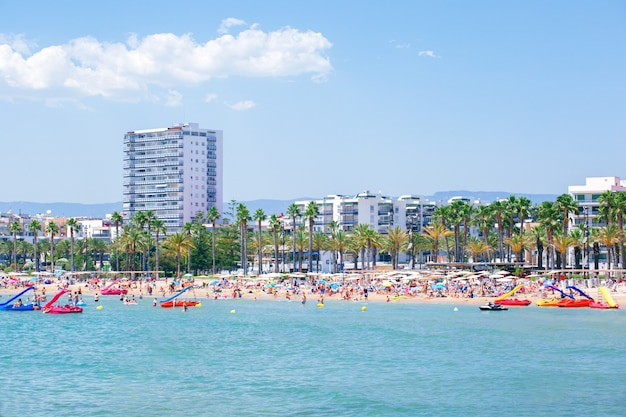 Praia levante em salou mediterrâneo da espanha. viagem, férias na costa dourada.