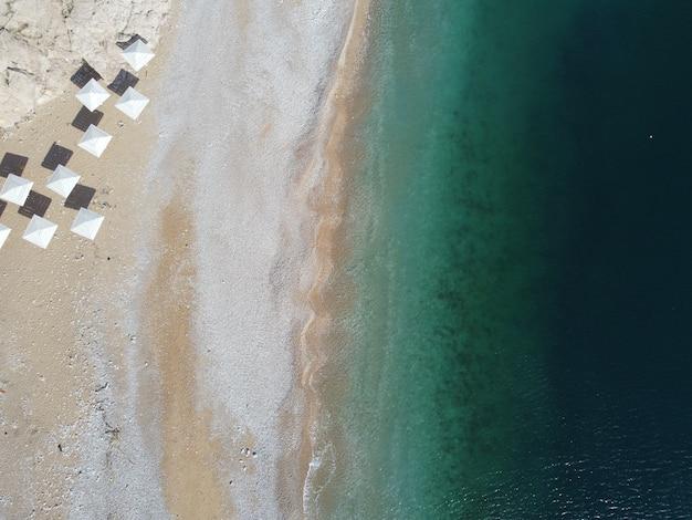 Praia linda com água azul cristalina