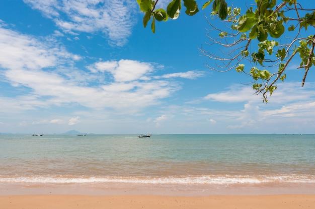 Praia, mar da ilha durante a temporada de verão.