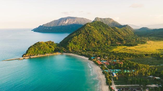 Praia, mar e montanha vista superior vista aérea da praia de khanom, khanom, nakhon si thammarat tailândia
