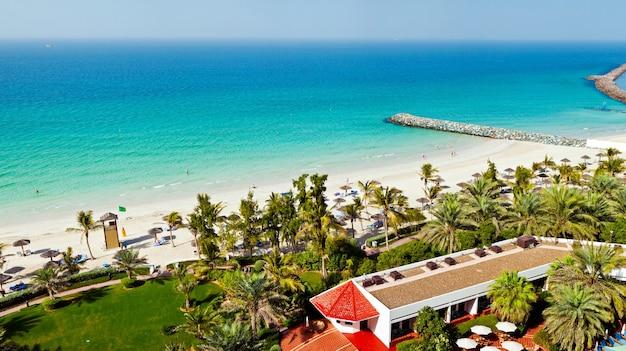 Praia maravilhosa com águas turquesa em dubai, emirados árabes unidos