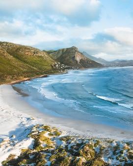 Praia montanhosa em um dia ensolarado