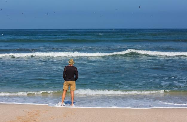 Praia na costa do oceano