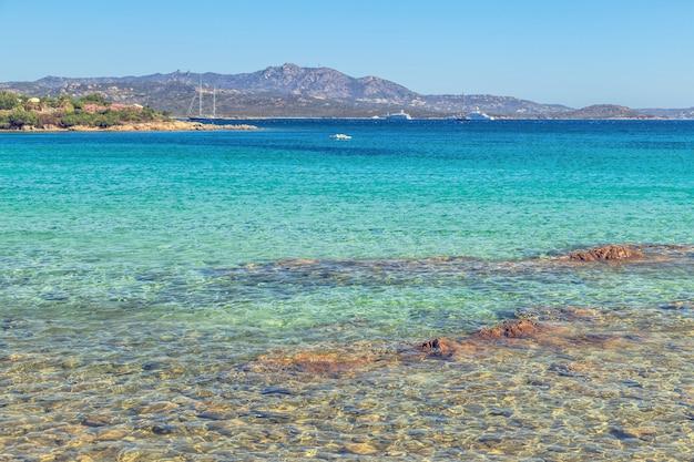 Praia na costa esmeralda