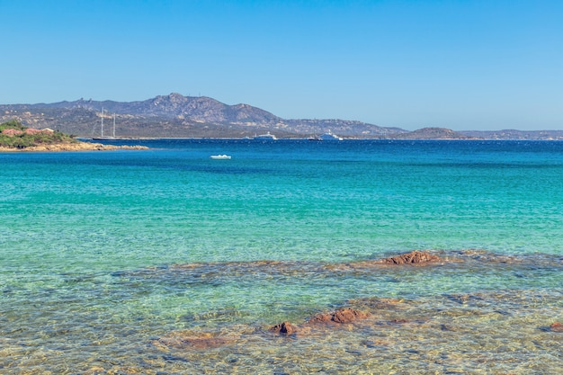 Praia na costa smeralda, sardenha, itália.