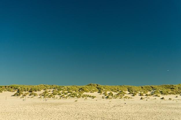 Praia na ilha de terschelling, na holanda, sob o céu
