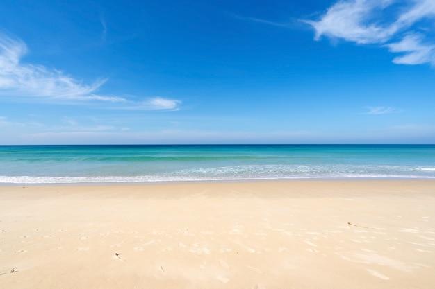 Praia na temporada de verão na praia de karon em phuket em dezembro de 7,2020 concept travel