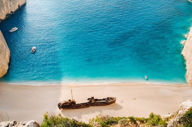 Praia navagio baía do naufrágio, ilha de zakynthos, grécia vista de cima