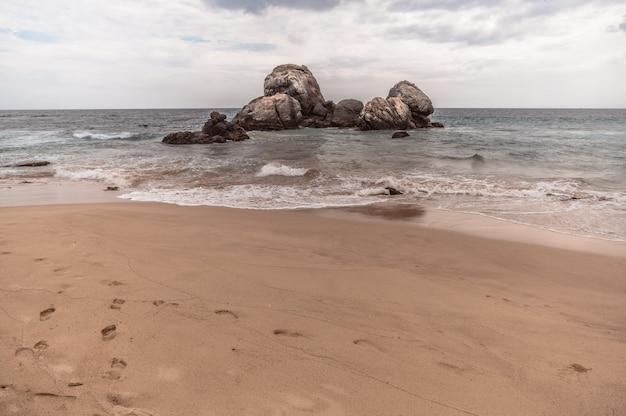 Praia no sri lanka em um dia nublado