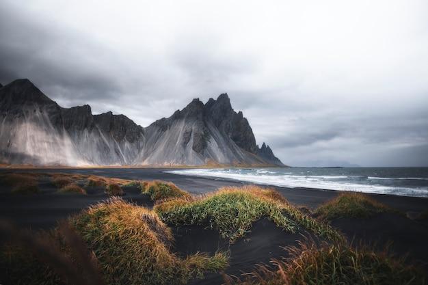 Praia nublada de areia preta na islândia