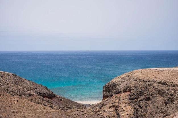 Praia paradisíaca escondida sem ninguém lá no sul de fuerteventura. viajar e descobrir lugares incríveis conceito