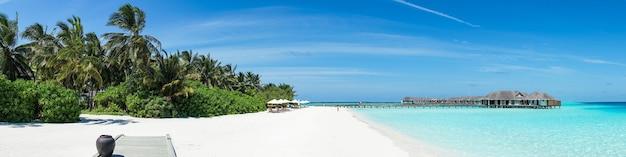 Praia paradisíaca tropical com areia branca, madives.