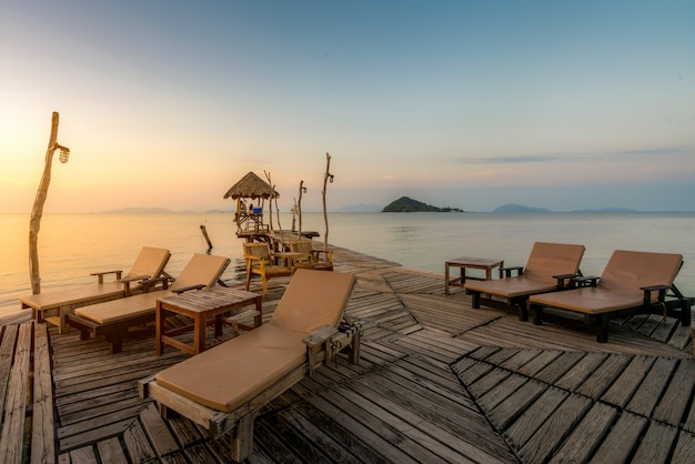 Praia perfeita do paraíso tropical do verão com as cadeiras de sala de estar no recurso em phuket, tailândia